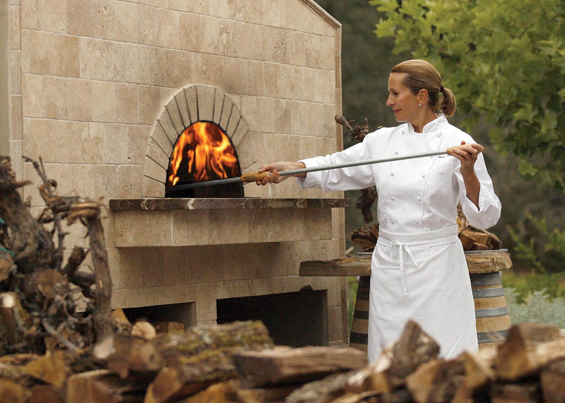 Andrea Mugnaini using a Mugnaini oven